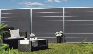 WPC Sichtschutzzaun als Steckzaunsystem, dass Sie mit den unterschiedlichen Komponenten wie z.B. Glasfüllungen oder LED-Zwischenleisten nach Ihren Bedürfnissen gestalten können