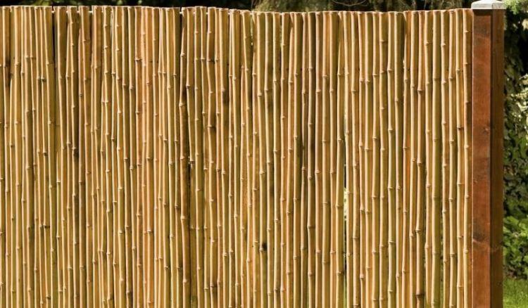 Die Bambus-Rohre sind durchstoßen und werden von einem durchlaufenden Draht zusammengehalten.
