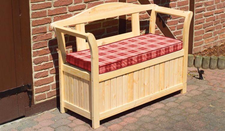 Die Banktruhe Sumy mit dem Maß 130 x 50 x 95 cm ist aus unbehandelter Kiefer / Fichte gefertigt. Die Sitzauflagen sind inklusive.