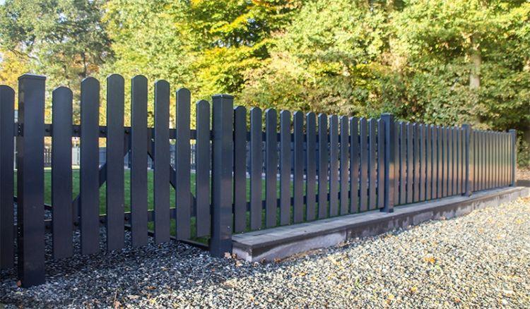 Wetterfester und pflegeleichter Gartenzaun aus acrylbeschichtetem Vollkunststoff in Anthrazit (RAL 7016) mit 10 Jahre Garantie