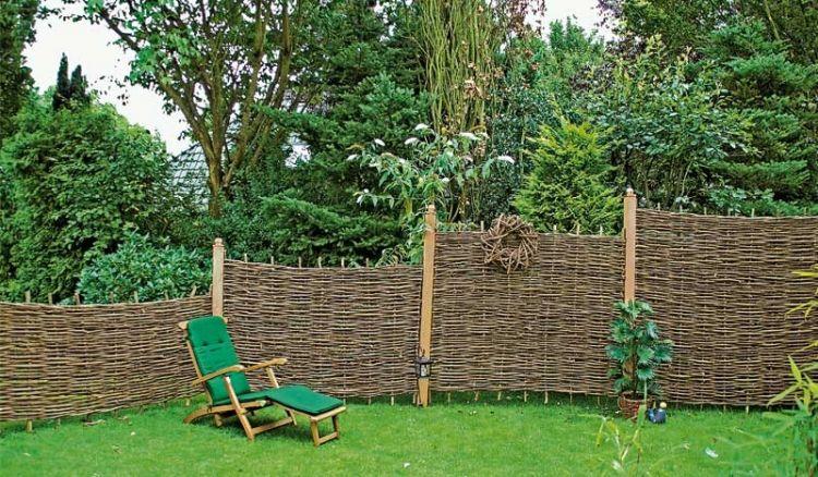 Im naturnahen Garten setzt der urwüchsige Haselnusszaun mit rustikaler Formgebung und Bauerngartenoptik dekorative Akzente. Er ist in vier Größen erhältlich.