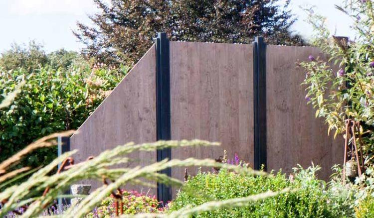 Der Skive Sichtschutzzaun aus HPL ist mit 8 mm starken HPL Platten in den Maßen 90 x 180 cm, 180 x 90 cm und 90 x 180 auf 90 cm erhältlich