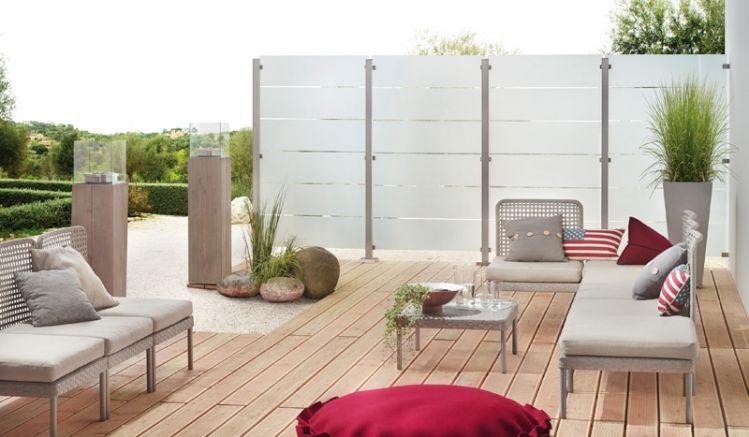 Die Windschutzwand aus Glas mit breiten Streifendekorflächen bietet wenig Durchsicht und schützt so Ihre Privatsphäre