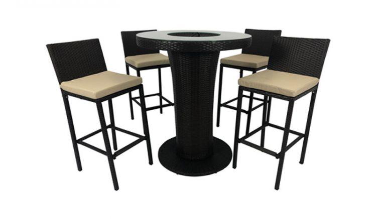 Das Barset aus vier 42,5 x 53 x 110 cm Barhockern mit beigefarbenen Auflagen und einem ø 90 x 110 cm Tisch mit integrierter Eisbox
