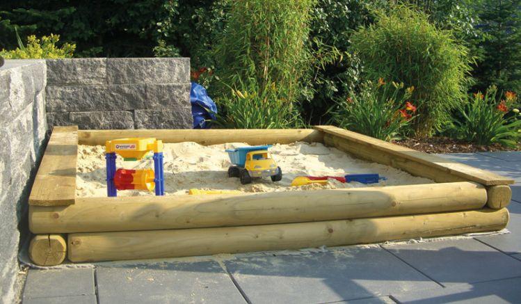 Baumstamm Sandkasten: 200 x 200 x 22 cm. Gefertigt aus stabilen Rundhölzern mit einem Durchmesser von ca. 12 cm