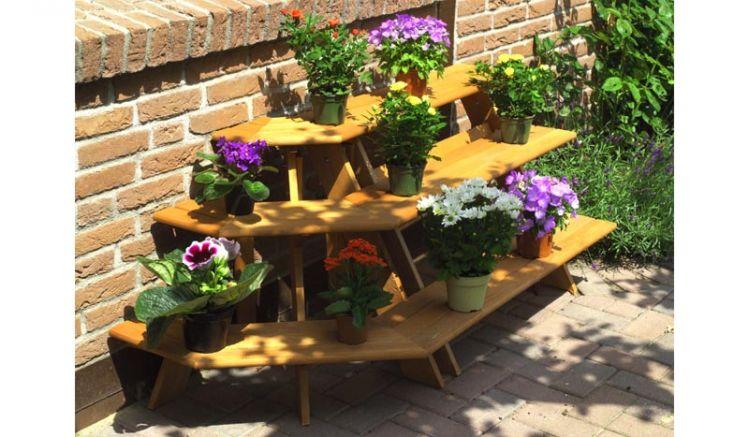 Die Blumentreppe Angarsk mit Eckelement ist aus tauchimprägnierter Kiefer / Fichte gefertigt. Das Maß beträgt 137 x 59 x 62 cm