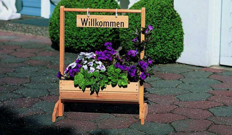 Unser Blumentrog Holz Lublin ist in zwei Größen erhältlich. 59 x 30 x 73 cm oder 110 x 40 x 103 cm