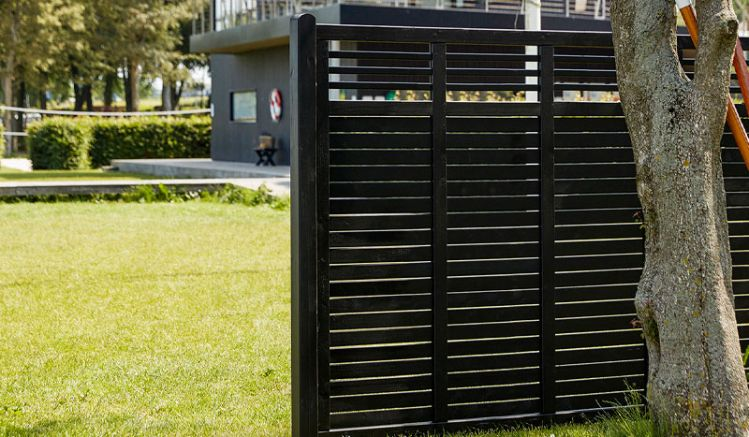 """Der moderne, schwarze """"Decora"""" Zaun aus 12 x 68 mm starken Lamellen mit Rankgitterabschluss ist in sechs verschiedenen Größen erhältlich und bietet somit eine große Gestaltungsvielfalt."""