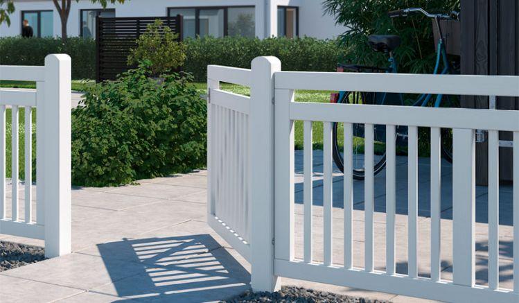 4-teiliger Designzaun in Weiß (ähnlich RAL 9010) aus skandinavischem Massivholz, das fungizid behandelt und doppelt farbgrundiert wurde