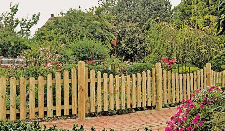 Der traditionelle Friesenzaun aus Holz ist die ideale Einfriedung für naturnah gestaltete Außenbereiche