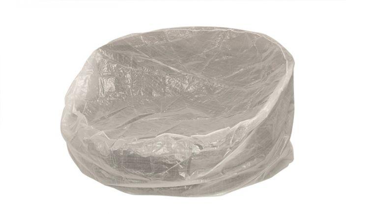 Die große Gartenmöbel Abdeckplane transparent hat ein Maß von 240 x 120 x 45 cm und besteht aus Polyester
