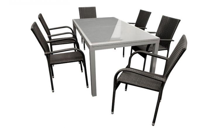 Gartenmöbel-Set aus sechs schwarzen 57,5 x 55 x 95 cm Stapelsesseln mit Polyrattan-Bespannung und einem 180 (240) x 100 x 75 cm Ausziehtisch mit Aluminiumgestell und Glasplatte