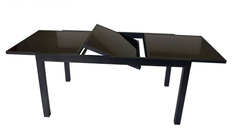 Der kleine Gartentisch ist von 150 auf 210 cm ausziehbar, der große sogar auf bis zu 240 cm