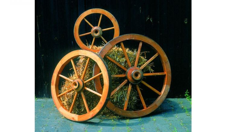 Unser Holzrad Tomsk ist aus honigbrauner Kiefer / Fichte gefertigt und ist in den Maßen Ø 50, 75, 90 cm erhältlich.