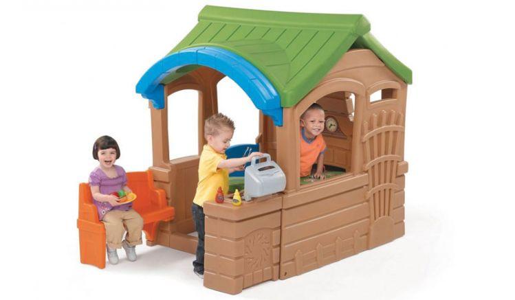 """Das Kinderhaus Kunststoff """"Mark"""" mit integriertem Spielgrill und elektrischer Türklingel ist pflegeleicht und winterfest."""