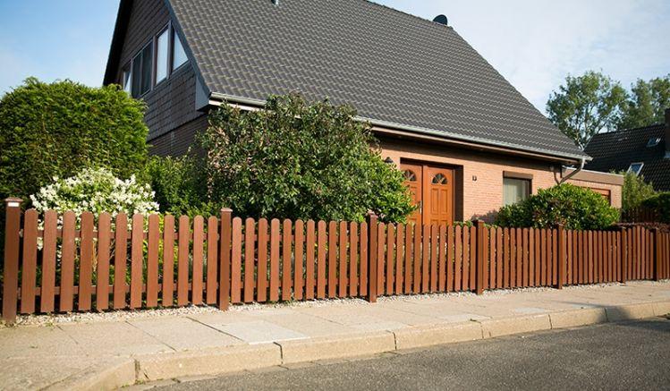 Wetterfester und pflegeleichter Gartenzaun aus acrylbeschichtetem Vollkunststoff in Braun (RAL 8016) mit 10 Jahre Garantie