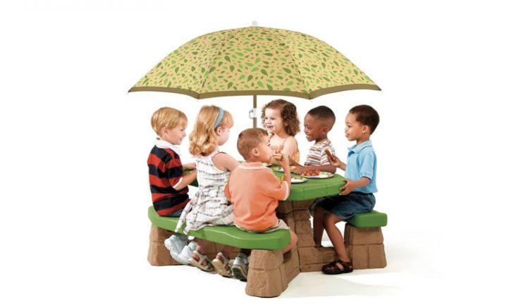 """Mit dem Kunststoff Kindertisch """"Julius"""" können die Kleinen gemütlich zusammen nach dem Spielen ausruhen und genießen. Wir liefern inklusive Sonnenschirm."""