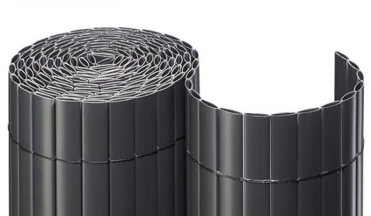 Die anthrazitfarbene Sichtschutzmatte besteht aus witterungsbeständigen PVC-Kunststoff Hohlkammerprofilen, welche durch ein Nylon-Band zusammengehalten werden.