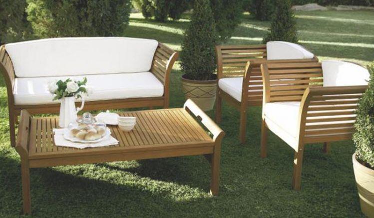 Das elegante Lounge Set Arendal aus hochwertigem Eukalyptushartholz inklusive Tisch, Bank und zwei Sesseln ist für den In- und Outdoorbereich geeignet.