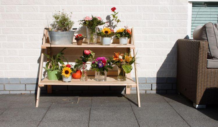 Das klappbare 102 x 62 x 80,5 cm Pflanzregal aus naturbelassener Kiefer bietet viel Platz für Töpfe, Vasen und Accessoires