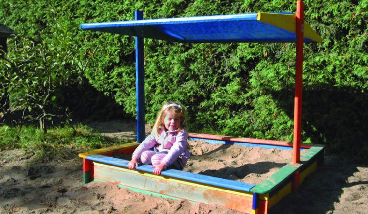 """Unser Sandkasten mit Sonnenschutz """"Zlin"""", schützt an besonders heißen Tagen die Kinder vor der Sonne"""