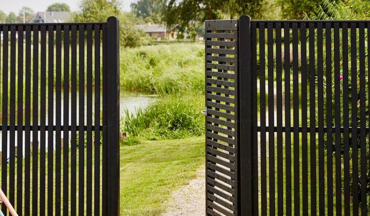 Der witterungsbeständige Holz Sichtschutz aus fungizid behandeltem und schwarz farbgrundiertem Kiefern-/Fichtenholz ist ein echter Hingucker in Ihrem Garten