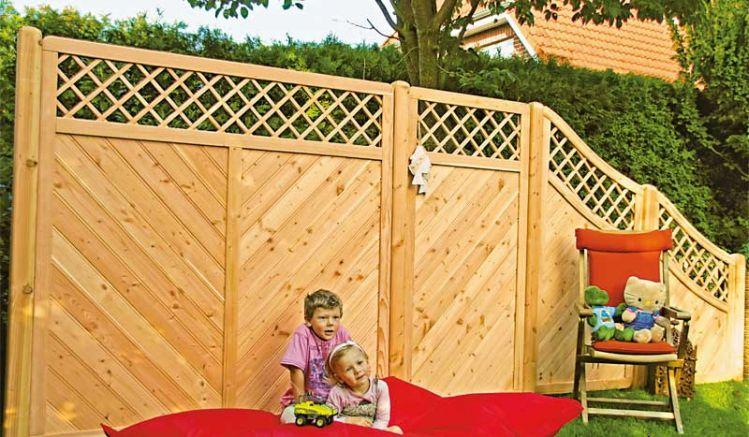 Die Elemente der Sichtschutzzaunserie Taunus aus naturbelassenem Douglasienholz mit Rankgitter und einer schrägen Landhausprofil-Füllung fügen sich harmonisch in Ihren Outdoorbereich ein.