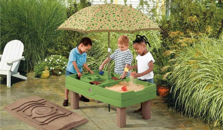 Der Spieltisch für Wasser aus pflegeleichtem Kunststoff inkl. Sonnenschirm und Spielaccessoires. Maße: 118 x 66 x 53cm