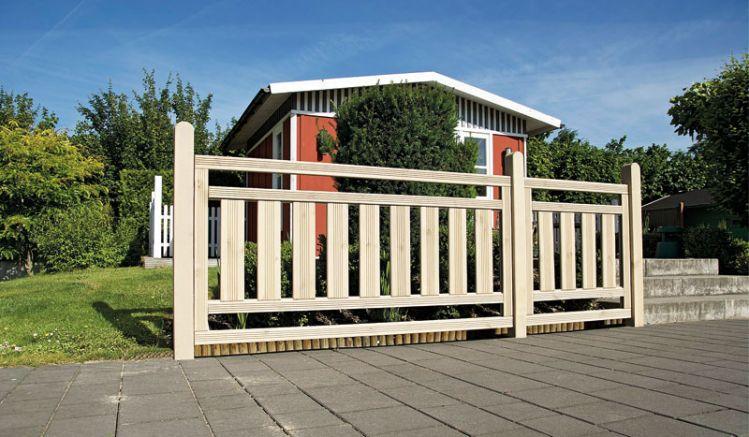 Die Terrassenabtrennung kombiniert bietet ein vormontiertes 90 x 90 cm und 180 x 90 cm Zaunfeld. Sie sind aus sandfarben lasierter und kesseldruckimprägnierter Kiefer gefertigt