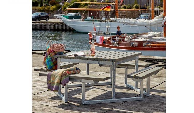 Vereint scharfe Linien und Funktionalität: Die Outdoor Sitzgruppe Twist für 8 Personen