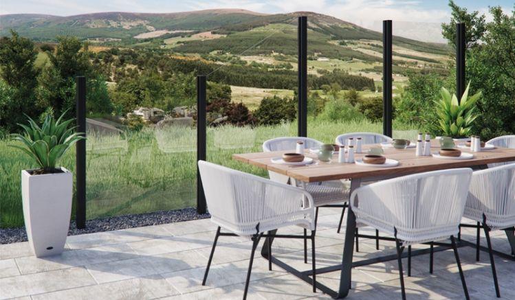 Der Glas Sichtschutz ist als Klarglas oder durchgefärbt in den Farben Grau, Bronze, Anthrazit oder Blau erhältlich und bietet einen idealen Wind - und Lärmschutz