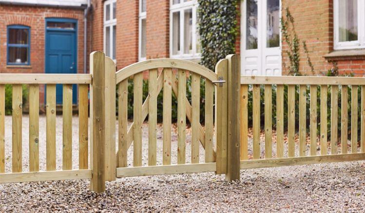 Der druckimprägnierte Vorgartenzaun aus schwedischem Kiefern- und Fichtenholz hat 44 x 68 mm starke Rahmen und bietet eine lange Lebensdauer