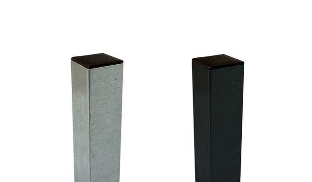 Die verzinkten Stahlpfosten haben 2 mm Wandstärke und sind in den drei Formaten 8 x 8 x 186 / 236 / 268 cm erhältlich, jeweils als feuerverzinkte oder grauschwarze Ausführung (ähnlich RAL 7021)