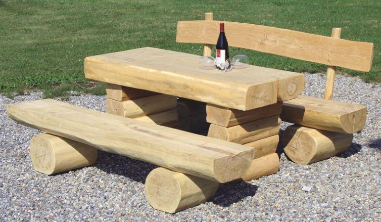 Die rustikale und langlebige Baumstammbank aus Fichtenholz ohne Lehne macht immer eine gute Figur, ob alleine oder in Kombination mit einem passenden Tisch