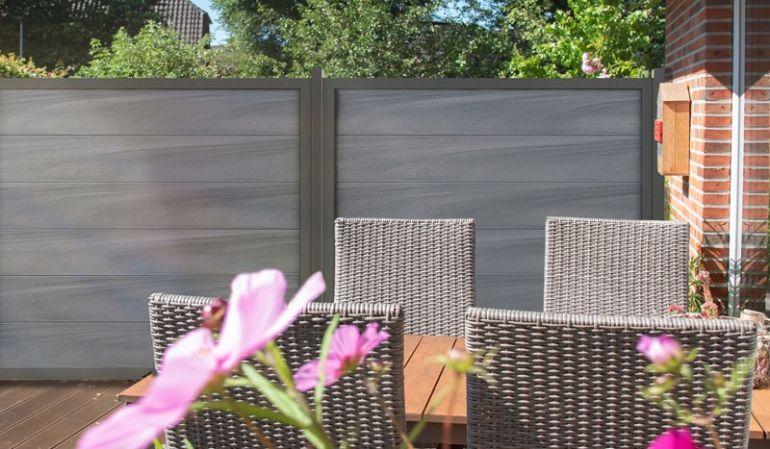 Moderner Designzaun: Die vierteilige BPC Zaunserie in Steingrau besticht durch extrabreite Füllprofile und einen edlen Aluminiumrahmen