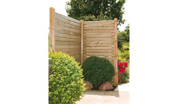 """Der Blickschutz-Zaun """"Halle"""" wird aus druckimprägnierten Rhombuslatten aus Fichtenholz gefertigt. Ein Sichtschutz mit klaren Linien und einer schlichten Optik, der in jeden Outdoorbereich passt."""