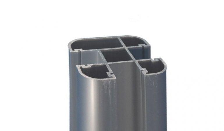 Der Pfosten der Nara-Serie aus pflegeleichtem Aluminium im Detail: 6,8 x 6,8 x 240 cm