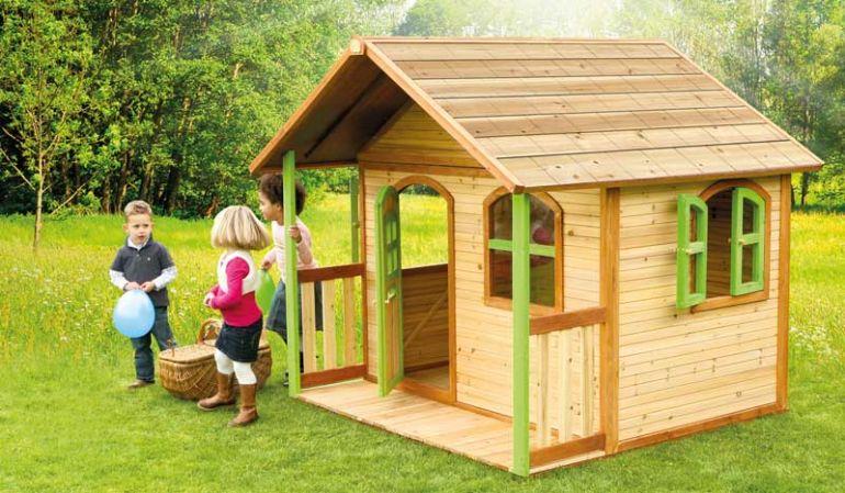 """Das Holzspielhaus """"Svenja"""", TÜV-gerüft, mit Veranda und einer Größe von 180 x 175cm ist leicht mit einem echtem Haus zu verwechslen."""