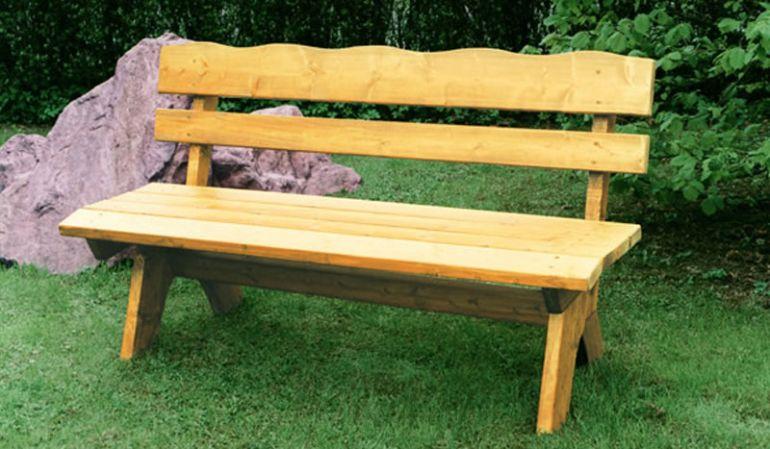 Die Gartenbank Massiv Trelleborg aus hellbraun lasiertem Kiefernholz ist als 2-, 3- oder 4-Sitzer erhältlich und fügt sich harmonisch in Ihren Gartenbereich ein.