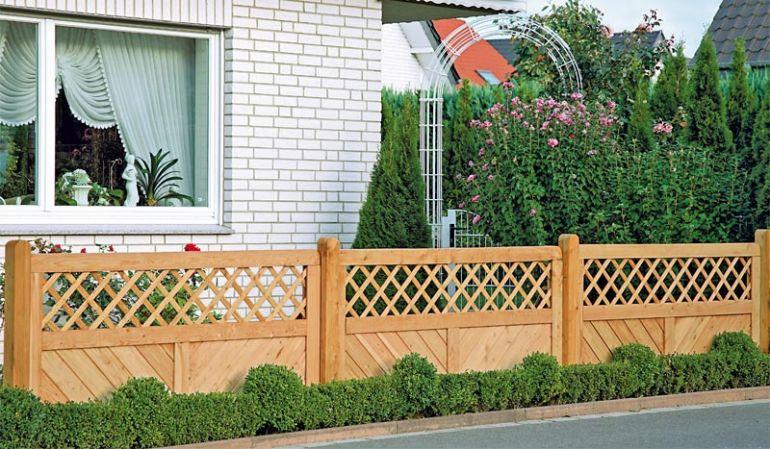 Gartenzäune aus unbehandelter Douglasie mit Rankgitter, der hochwertige Rahmen wurde Edelstahl gefheftet.