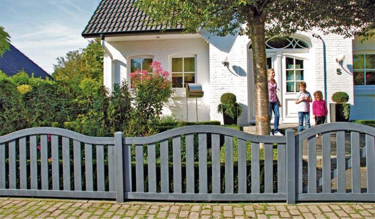 Gartenzaunelemente Koblenz. Anthrazitgrau tauchlackiert aus getrockneter Kiefer, 40 x 75 mm Rahmen und 18 x 85 mm Latten, verschraubt.