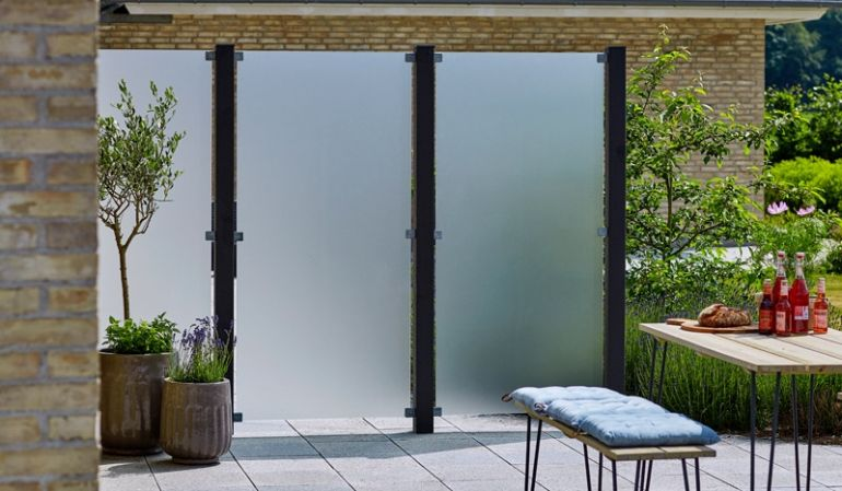 Die matt satinierten Glaszäune der Serie San Sebastian II sind aus gehärtetem 6 mm Glas