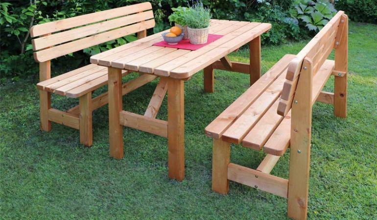Die Holz Gartengarnitur ist in 2 Farbvarianten (honigbraun und grau) erhältlich.
