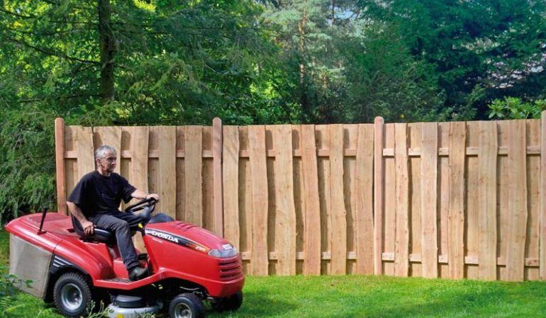 """Der Holz Zaun """"Dresden"""" aus 2 cm starken, naturbelassenen und sägerauen Lärchenbrettern ist ein Klassiker mit natürlicher Optik für Ihren Gartenbereich."""