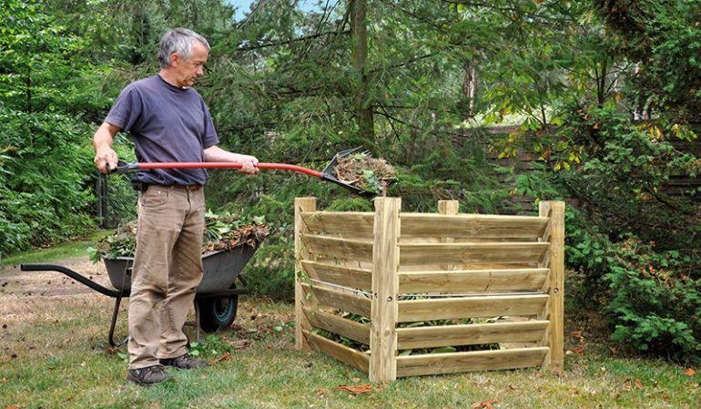 Der Bausatz dieses überaus stabilen Holzkomposters besteht aus 24 Brettern, 4 Pfosten, 4 verzinkte Stangen, der Komposter ist aus druckimprägniertem Kiefernholz und hat aufgebaut ein Maß von 100 x 100 x 80cm