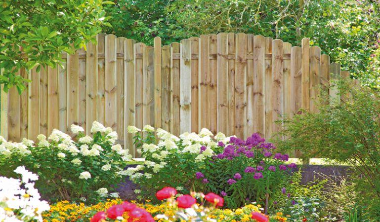 """Der Sichtschutzzaun """"Frankfurt"""" aus druckimprägnierten Lamellen aus Kiefer/Fichtenholz ist sowohl in gerader als auch in geschwungener Form lieferbar und fügt sich harmonisch in Ihren Outdoorbereich ein."""