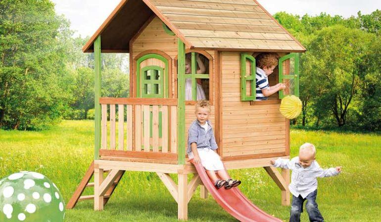 """Das TÜV geprüfte Kinderhaus Holz """"Franzi"""" mit Veranda und Rutsche bietet viel Platz für Ihre spielenden Kinder"""