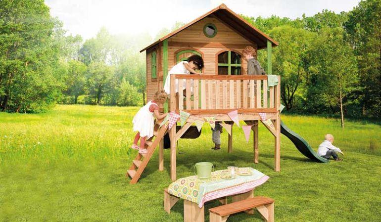 TÜV-geprüfte Kinderhütte aus Holz mit Veranda und langer Rutsche zum Spielen und Entdecken