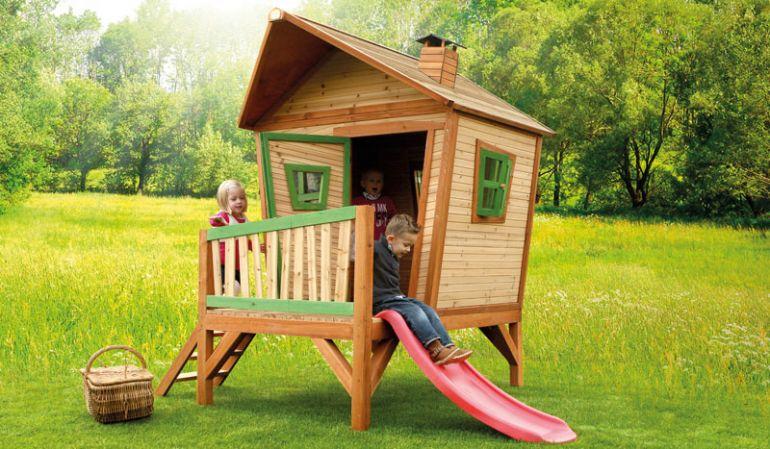 Das Kinderspielhaus aus Holz ist TÜV-geprüft, hat ein Format von 227 x 180 x 233 cm und bietet Ihrem Kind viel Platz zum spielen.