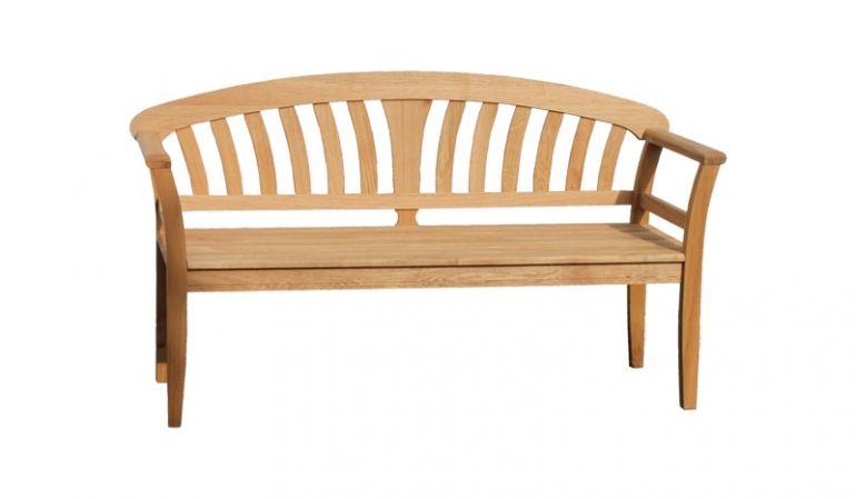 Die 3-Sitzer Landhausbank mit einer Breite von 156cm ist aus robustem, geölten Eichenholz gefertigt.